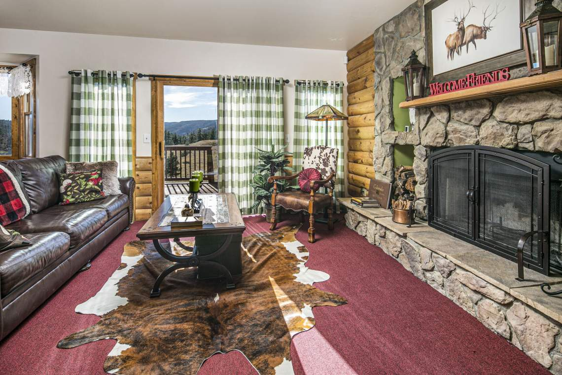 Family Room with Access to Back Deck.